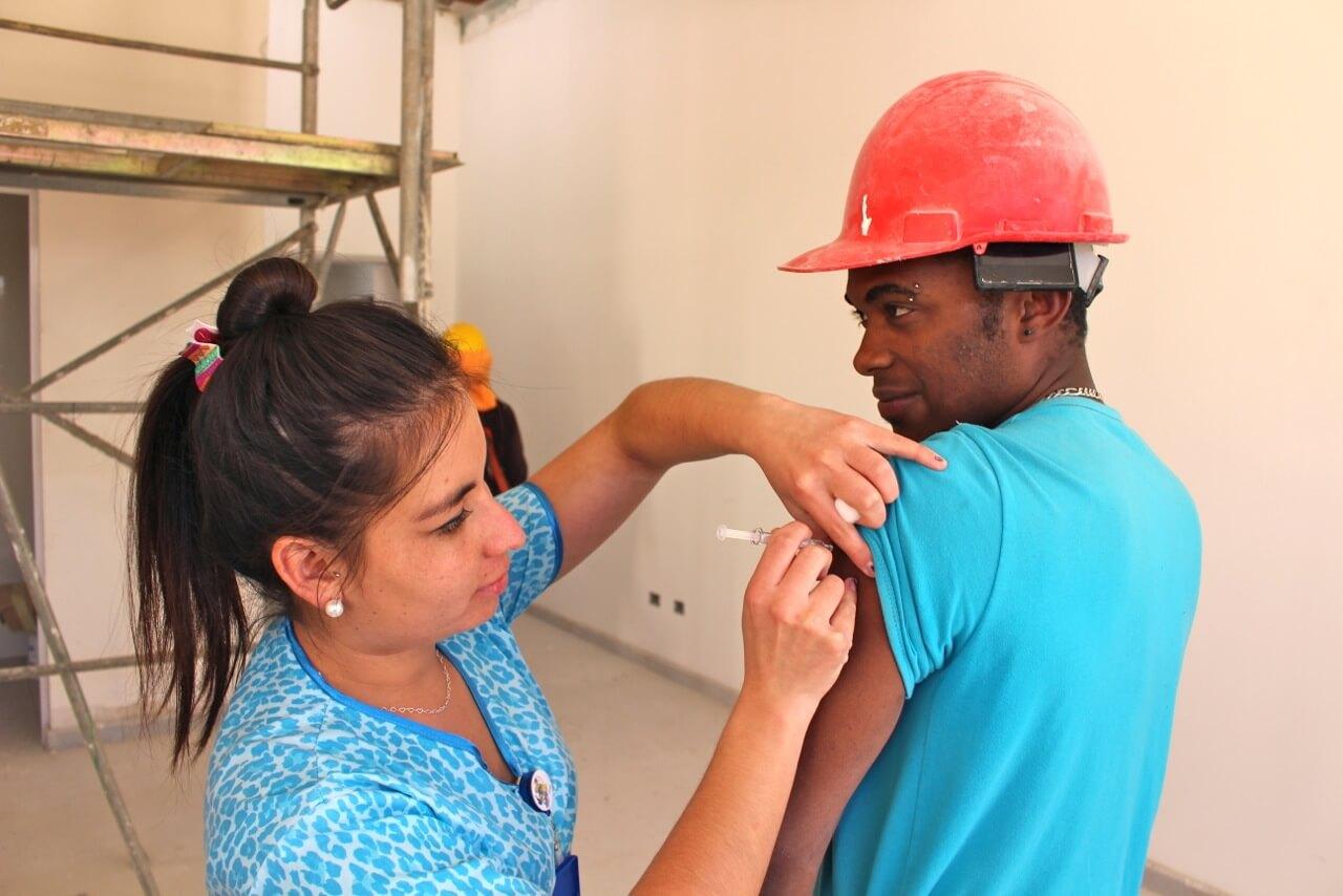 trabajadores-constructora-rencoret-obra-coquimbo-cesfam-el-sauce-vacunacion-influenza10