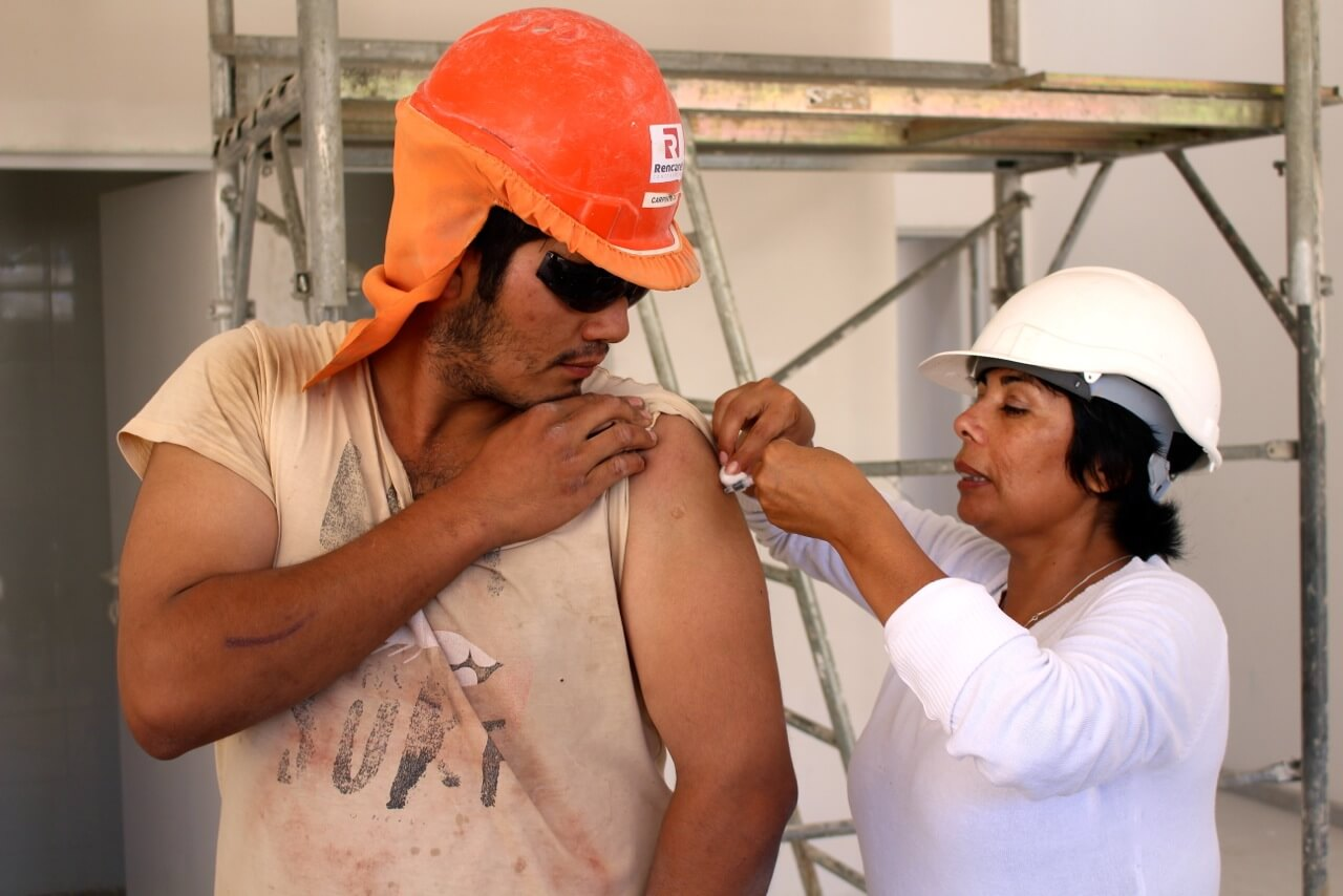 trabajadores-constructora-rencoret-obra-coquimbo-cesfam-el-sauce-vacunacion-influenza15