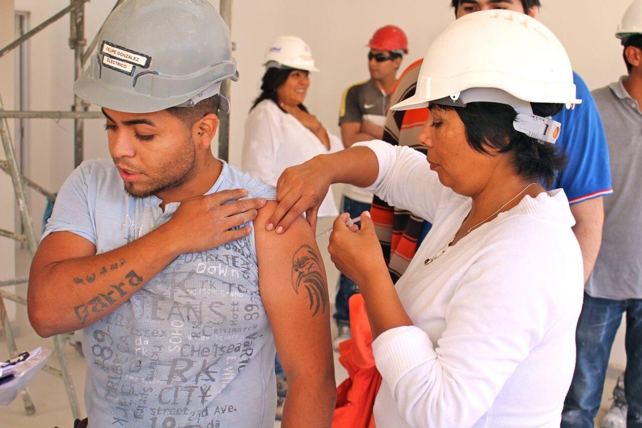 trabajadores-constructora-rencoret-obra-coquimbo-cesfam-el-sauce-vacunacion-influenza2