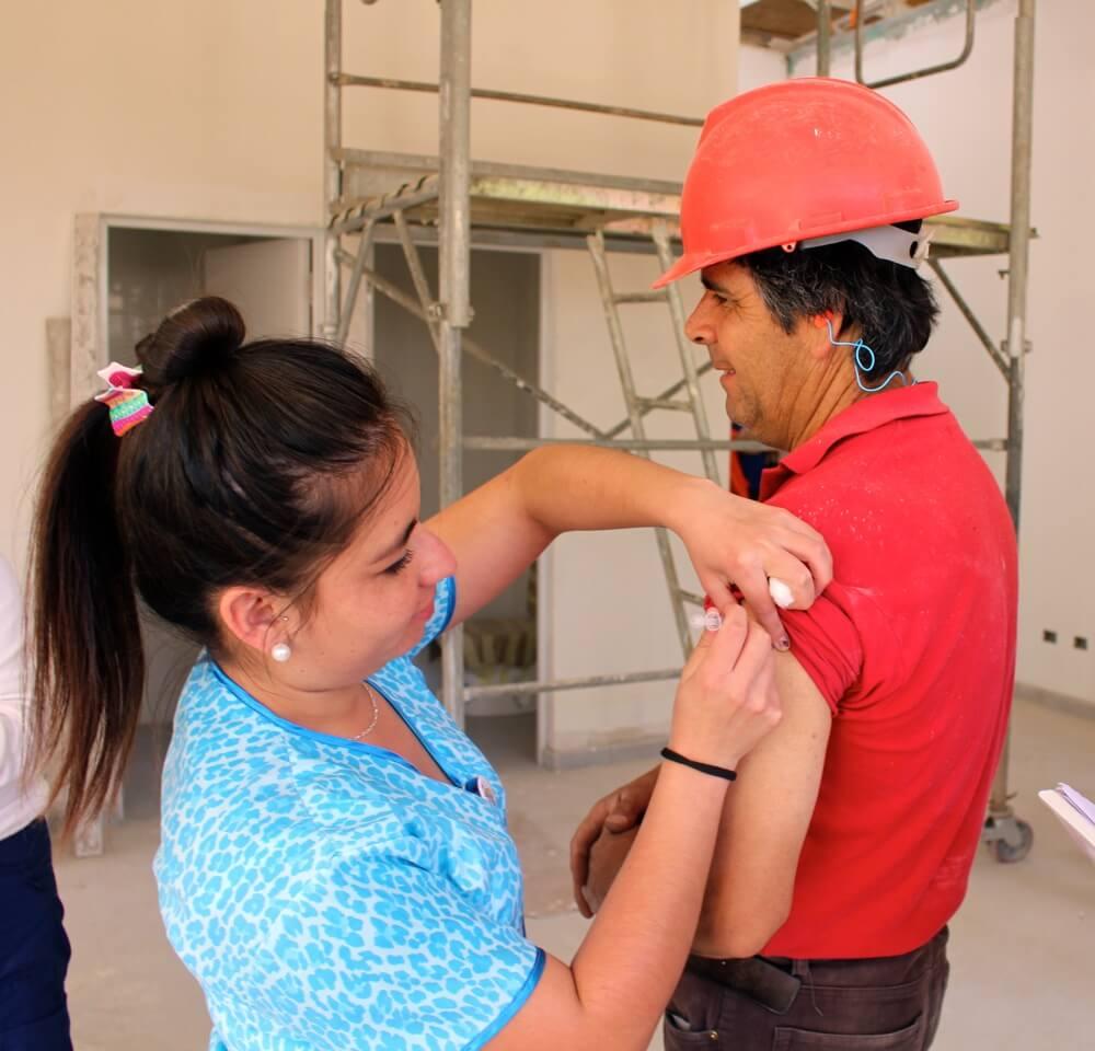 trabajadores-constructora-rencoret-obra-coquimbo-cesfam-el-sauce-vacunacion-influenza3