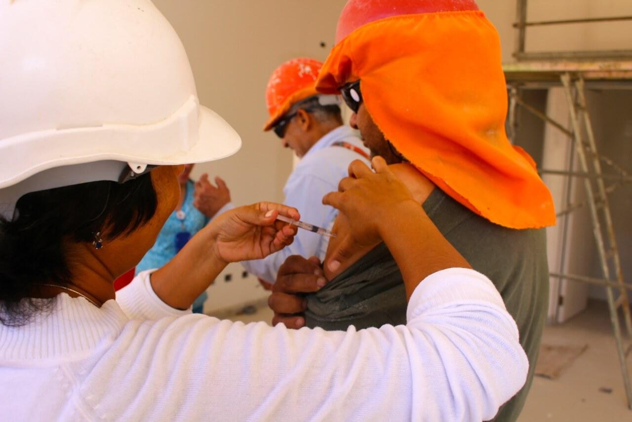 trabajadores-constructora-rencoret-obra-coquimbo-cesfam-el-sauce-vacunacion-influenza4