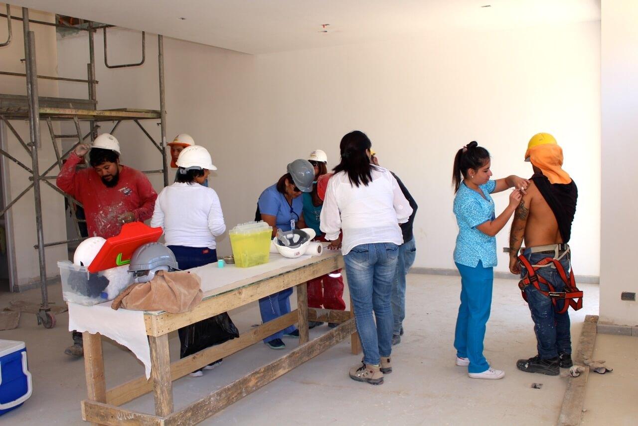 trabajadores-constructora-rencoret-obra-coquimbo-cesfam-el-sauce-vacunacion-influenza7