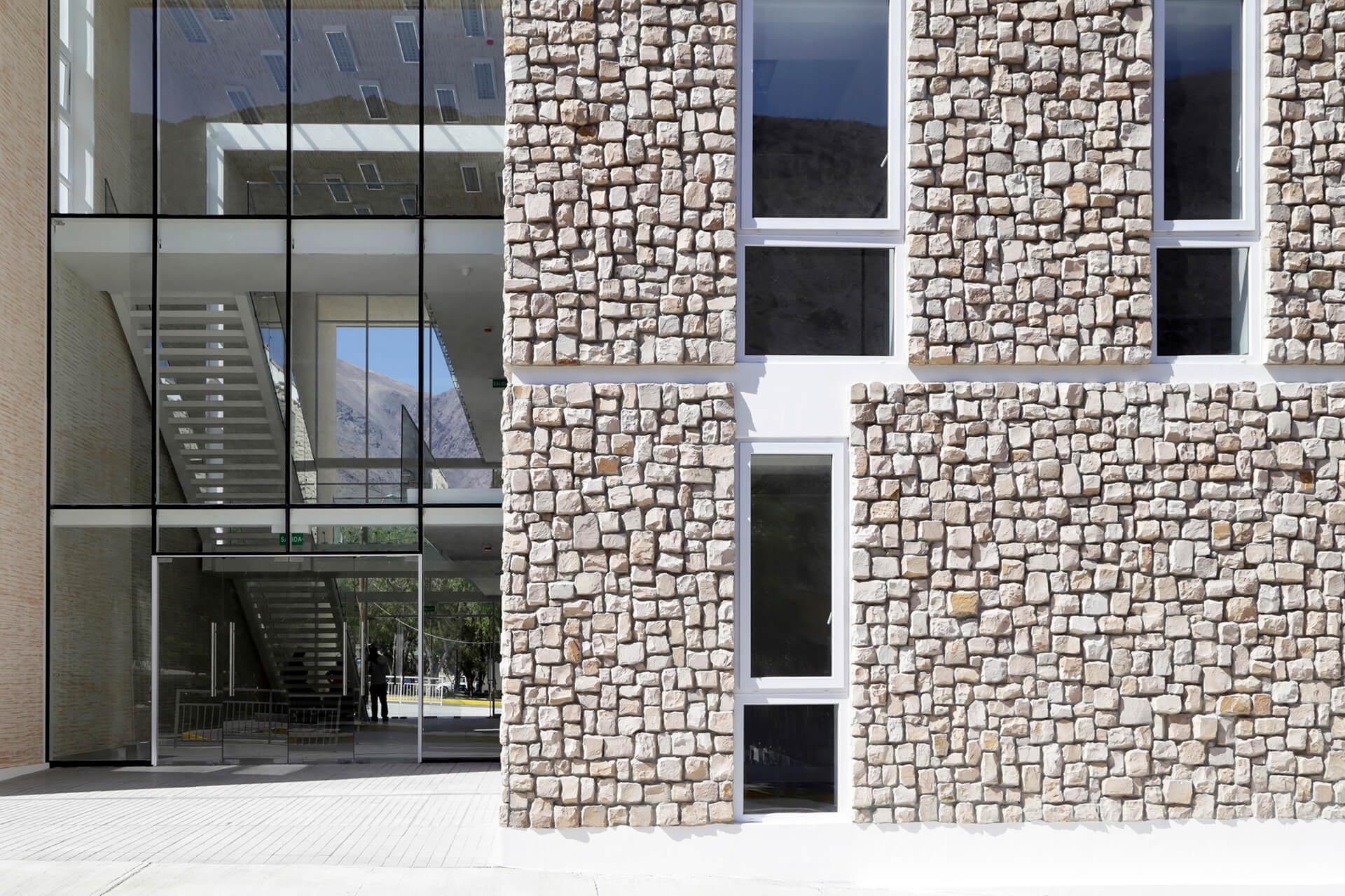 Fachada-piedra-huasco-Edificio-municipal-alto-del-carmen-constructora-rencoret-atacama