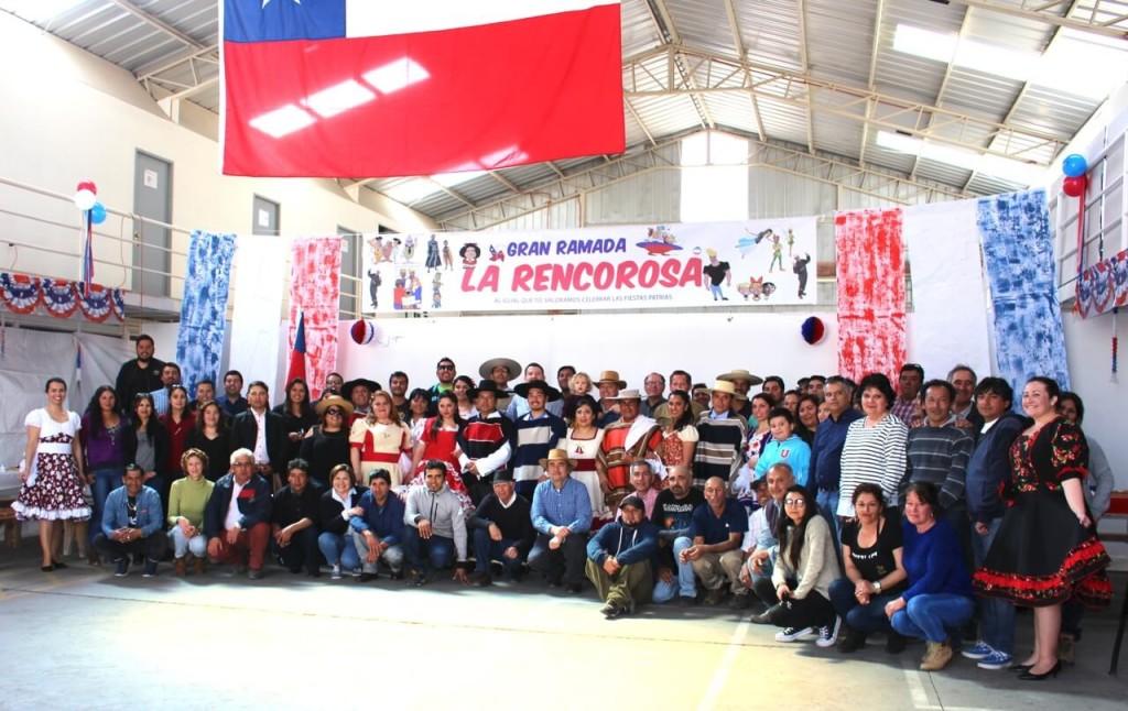 Fonda-La-Rencorosa-colaboradores-de-las-empresas-Rencoret-celebran-el-inicio-de-fiestas-patrias-foto-grupal