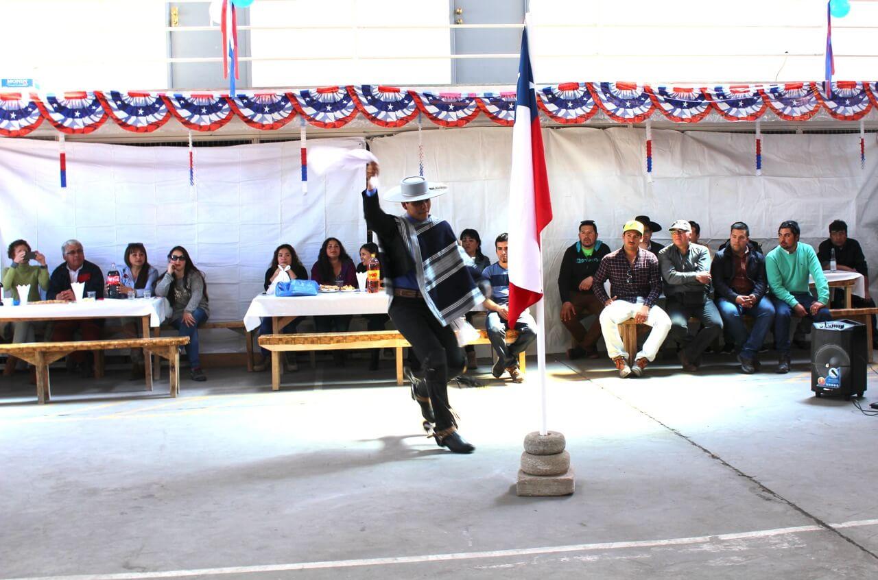 Fonda-La-Rencorosa-funcionarios-de-las-empresas-Rencoret-celebran-el-inicio-de-fiestas-patrias-baile-a-la-bandera