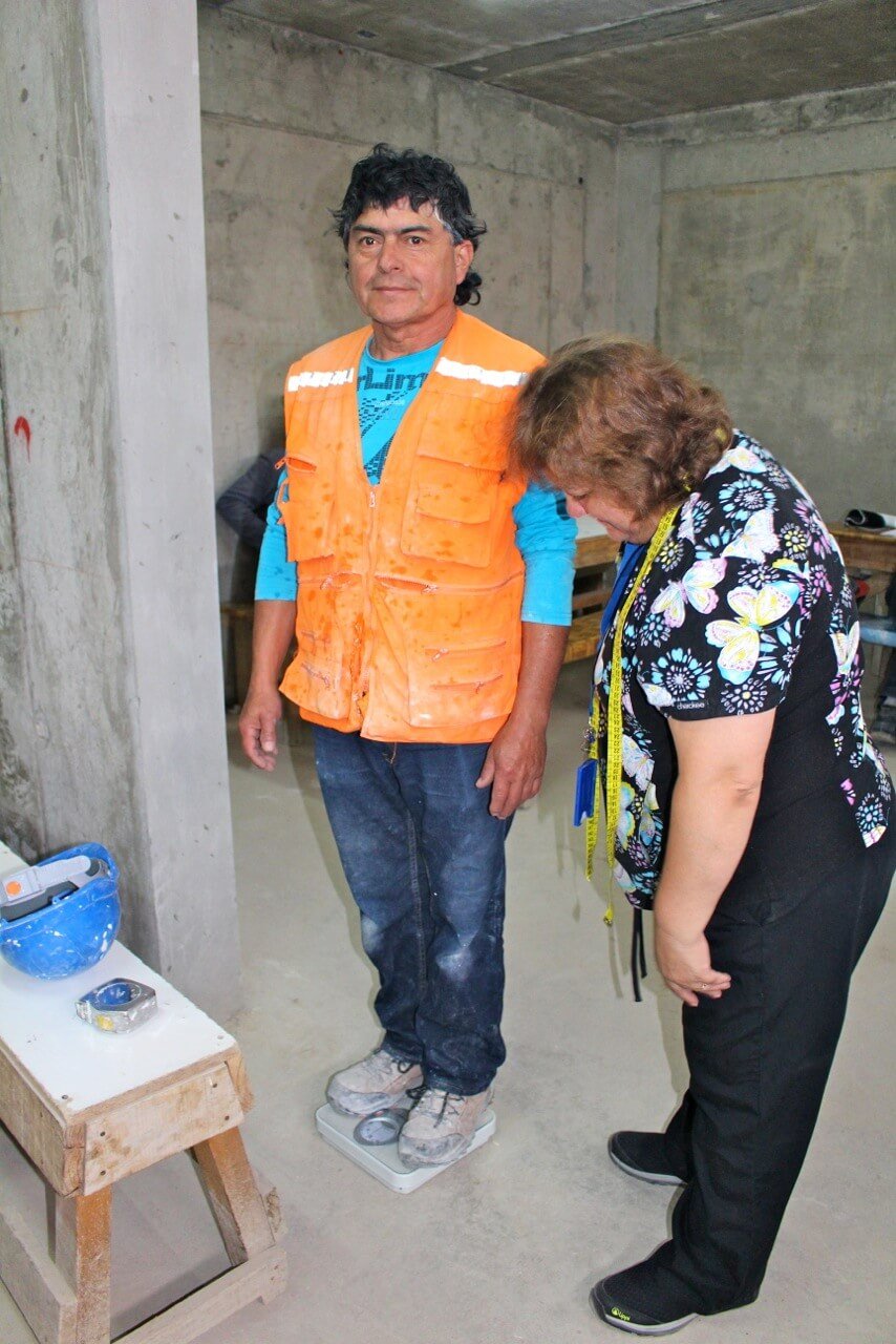 trabajadores-realizan-examen-preventivo-en-obra-constructora-rencoret-trabajadores