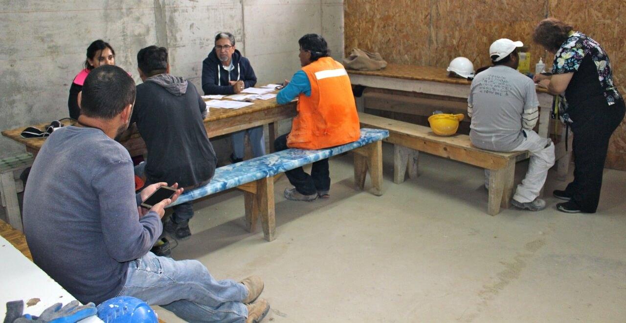 trabajadores-se-realizan-examen-preventivo-en-obra-constructora-rencoret-trabajadores