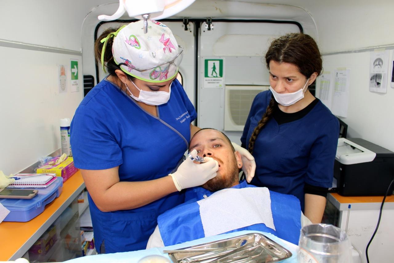 Constructora-Rencoret-Operativo-Dental-en-faena-Trabajadores-CCHC-Polideportivo-Las-Compañías-LA-Serena