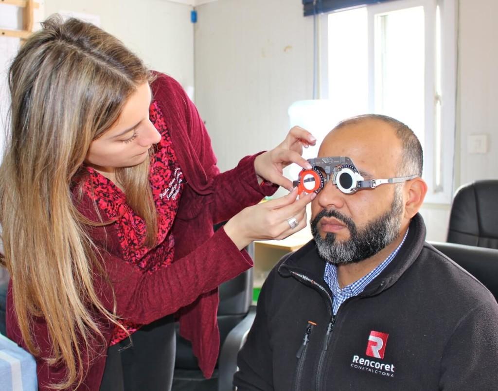 trabajadores-constructora-rencoret-reciben-atención-oftalmologica-en-faena